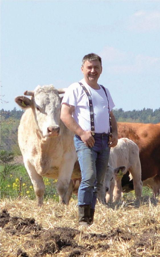 Dirk Barthel mit seinen Rindern auf der Weide. Foto: Barthel